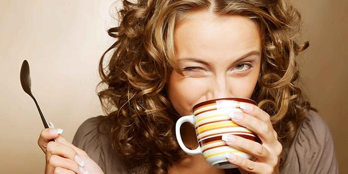 Девушка пьет цейлонский крупнолистовой черный чай
