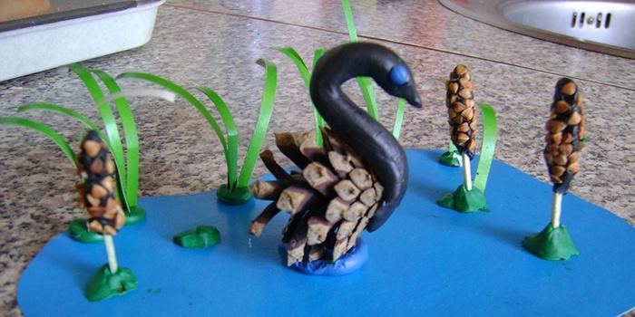 Лебедь из шишки для детского сада