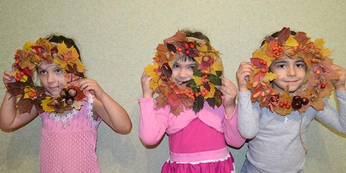 Дети с венками из листьев