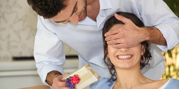 Признак влюбленного женатого мужчины - подарки