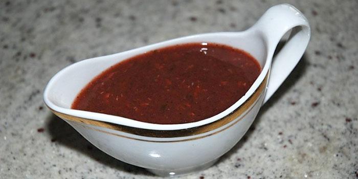Кетчуп с хмели-сунели в соуснице