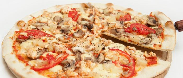 пицца с белым соусом и курицей
