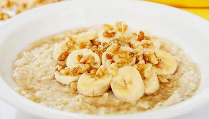 Завтрак с бананом, орехами и медом