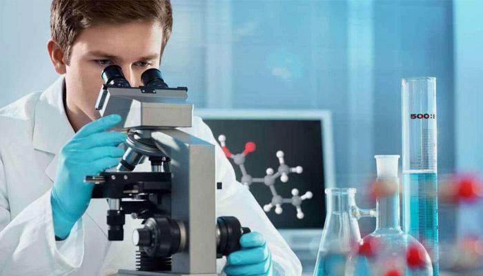 Лаборант исследует анализ крови