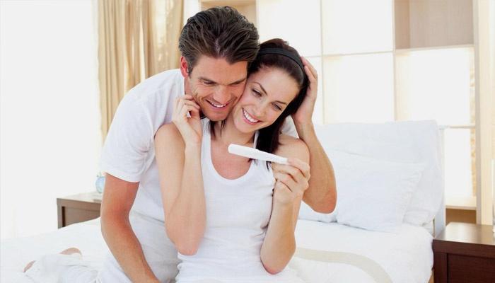 Пара смотрит результат теста на беременность