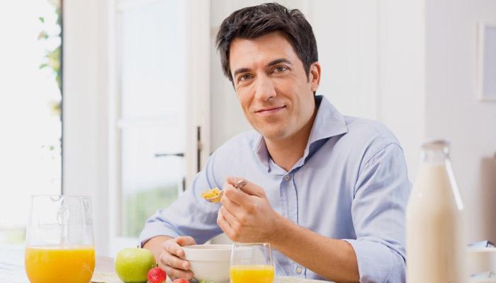 Мужчина придерживается питания для набора веса