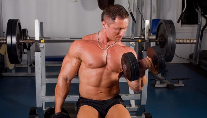 Мужчина занимается в тренажерном зале