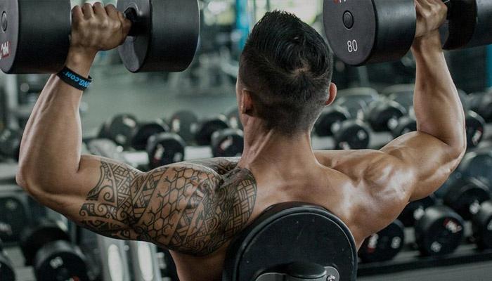 Упражнение на плечи с гантелями
