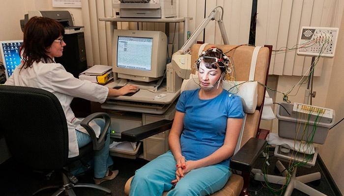 Энцефалограмма головного мозга девушке