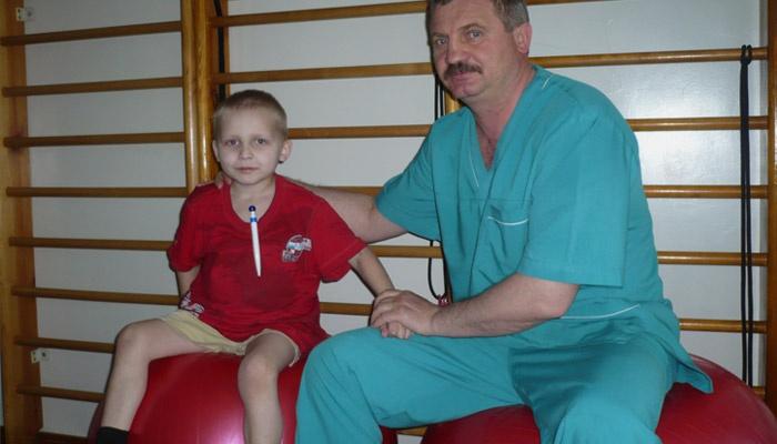 Ребенок с муковисцидозом занимается лечебной гимнастикой