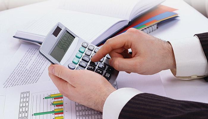 Мужчина держит калькулятор