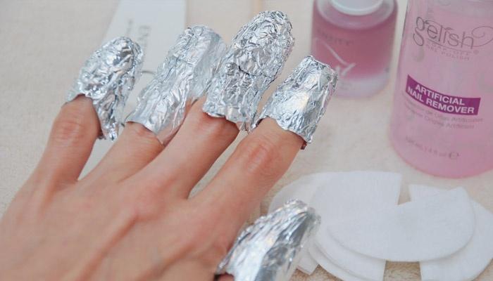 Обмотанные фольгой ногти