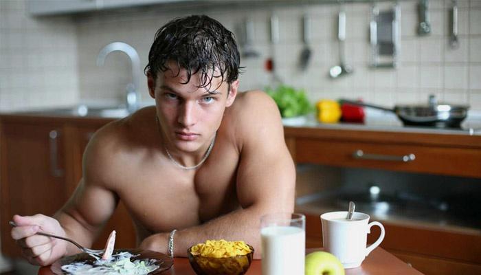 Мужчина придерживается диеты для набора веса