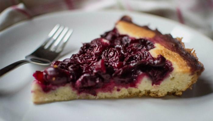 Нежный десерт с вишнями