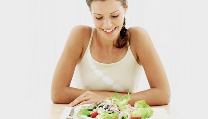 Девушка собирается есть овощной салат