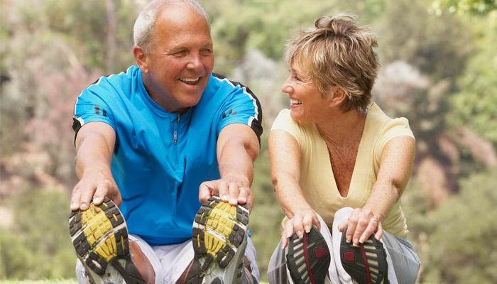 Мужчина и женщина делают упражнение на растяжку