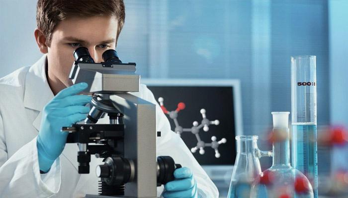 Лаборант изучает анализ крови на холестерин