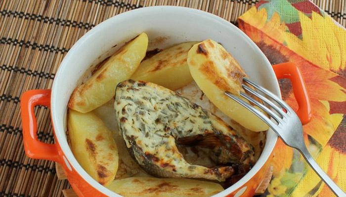 Горбуша в сметане, приготовленная в духовке