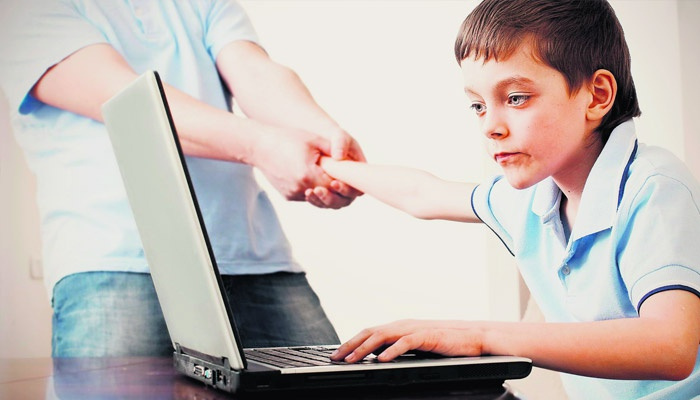 Папа вытягивает мальчика от ноутбука