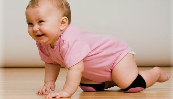 Ребенок делает упражнение для ползания