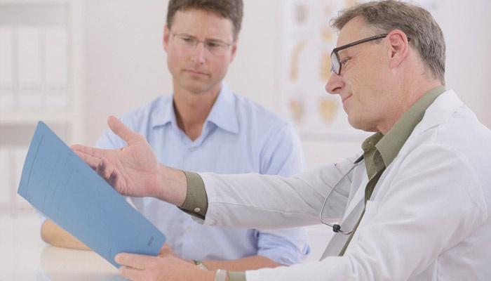 Врач рассказывает пациенту о результатах