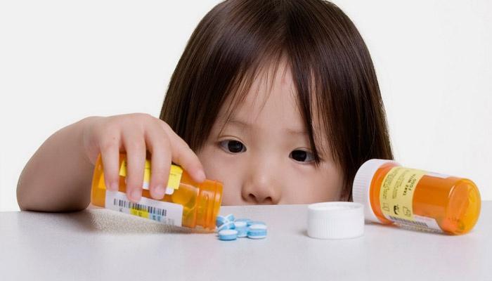 Девочка достает таблетки