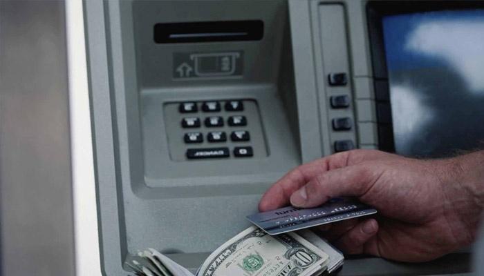 Мужчина получил деньги в банкомате