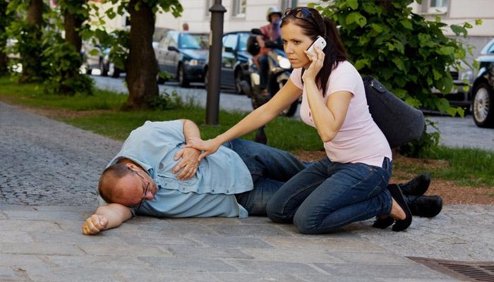 Девушка вызывает скорую помощь