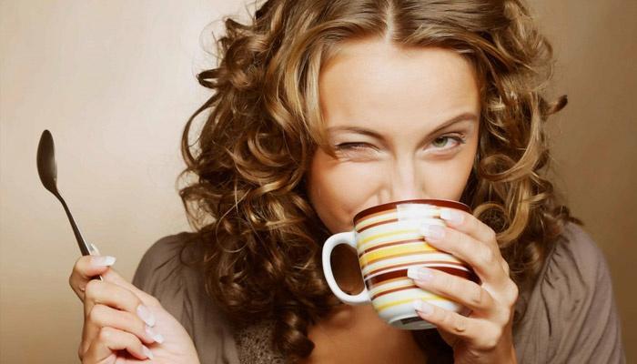 Девушка пьет антипаразитарный чай