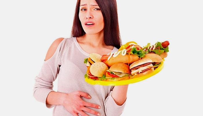 Женщина держит тарелку с гамбургерами