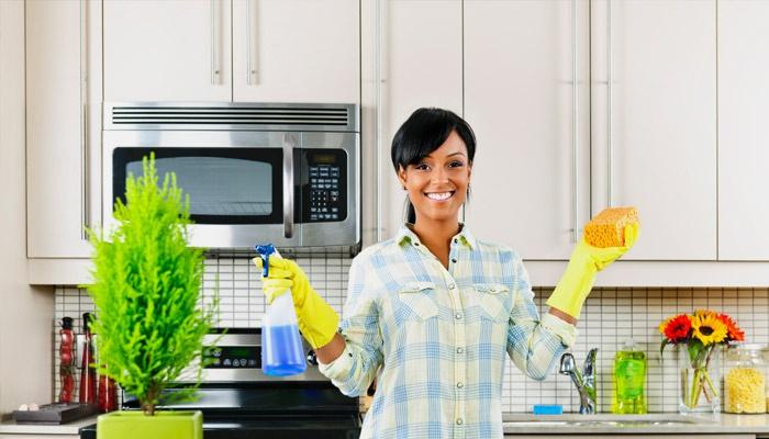Девушка готовится к уборке