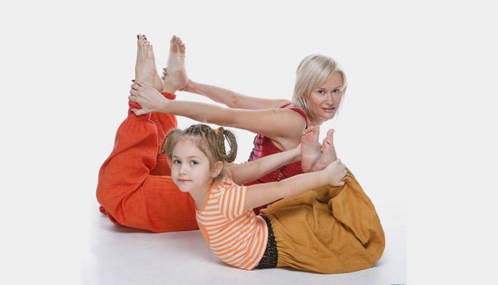 Женщина с ребенком делают упражнения
