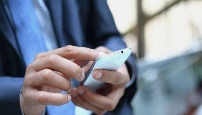 Парень отправляет СМС