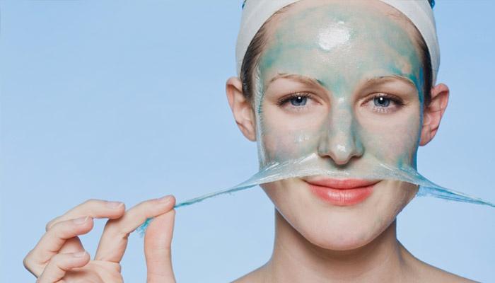 Женщина снимает маску