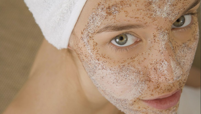 Желатиновая маска с углем на лице у девушки