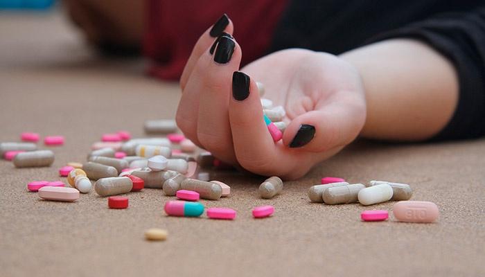 Таблетки на полу и в ладони