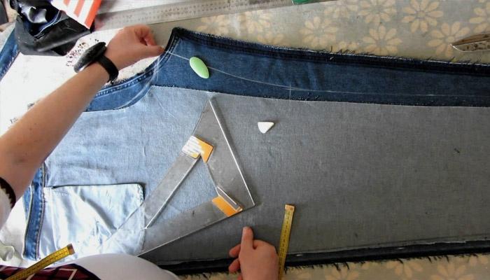 Девушка ушивает джинсы