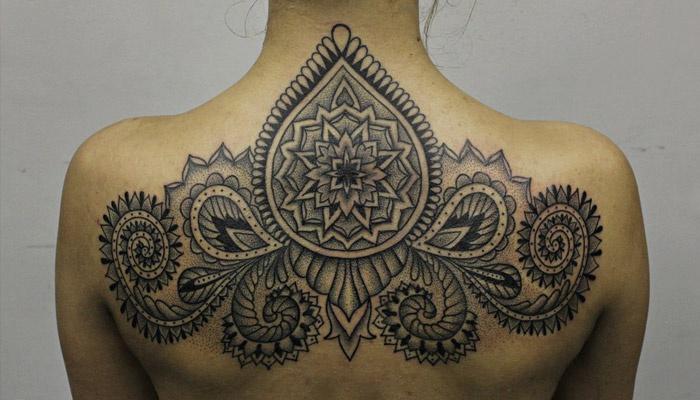 Татуировка на спине для девушки