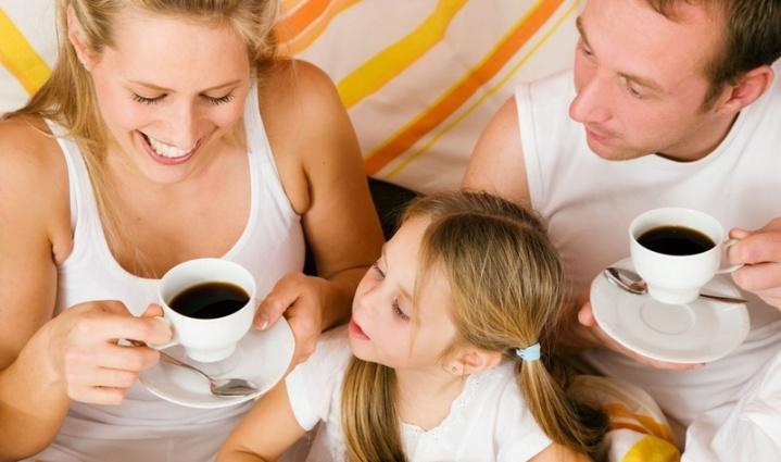 Семья пьет напиток