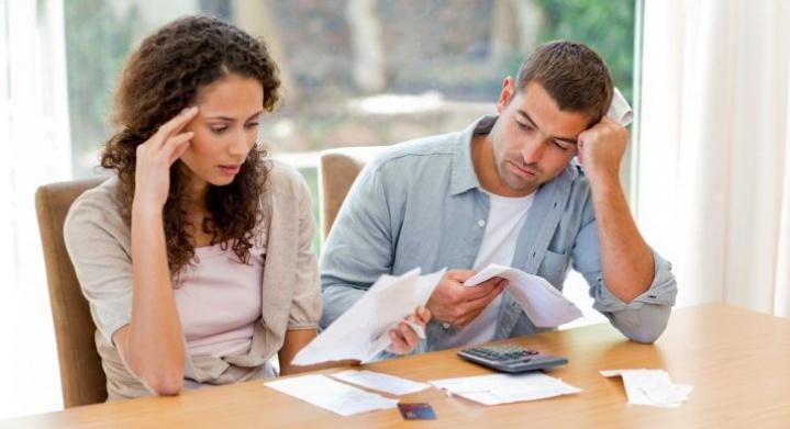 Пара изучает бумаги