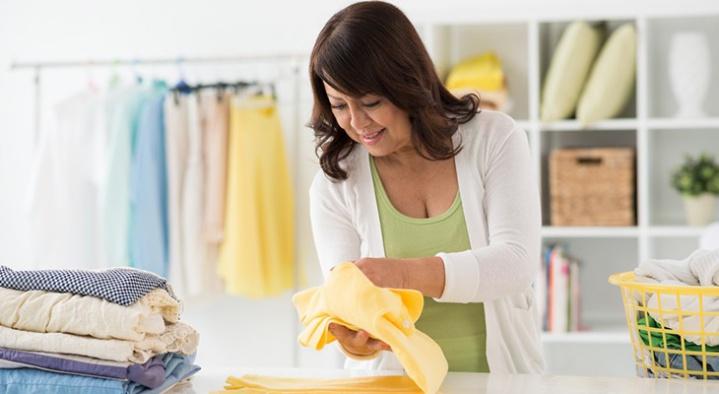 Укладывание футболки после глажки