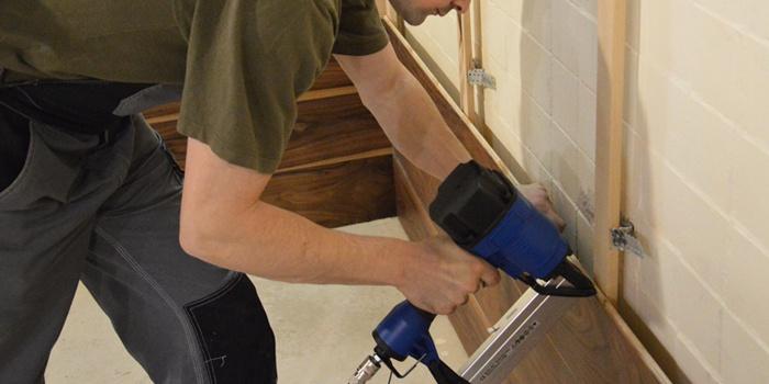 Как крепить пластиковые панели к бетонной стене