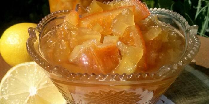 Готовое варенье из кабачков и апельсина в вазочке