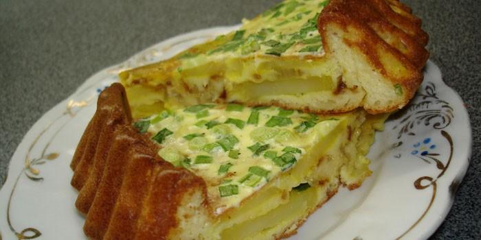 Два куска пышного заливного пирога с яйцом и зеленым луком