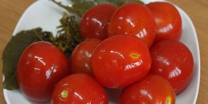 Красные малосольные помидоры