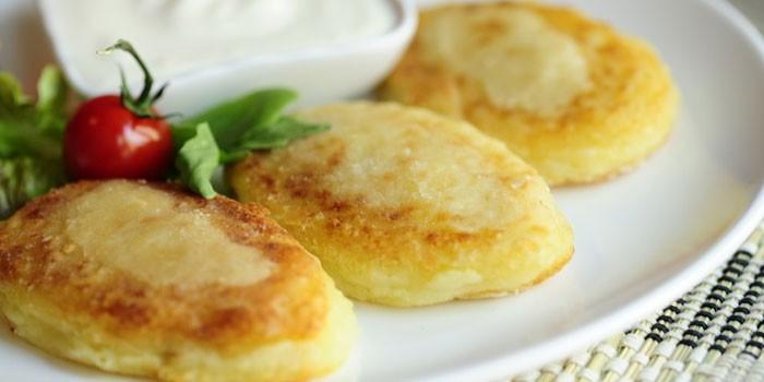 Жареные котлеты из картофеля на тарелке