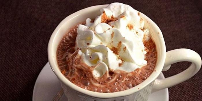 Горячий кофе с пломбиром и сливками