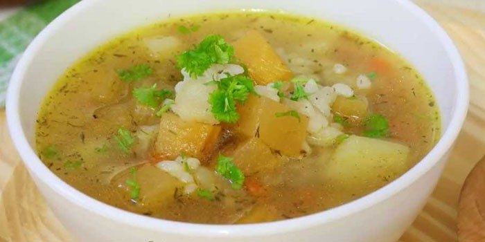 Суп с рисом и картофелем в тарелке