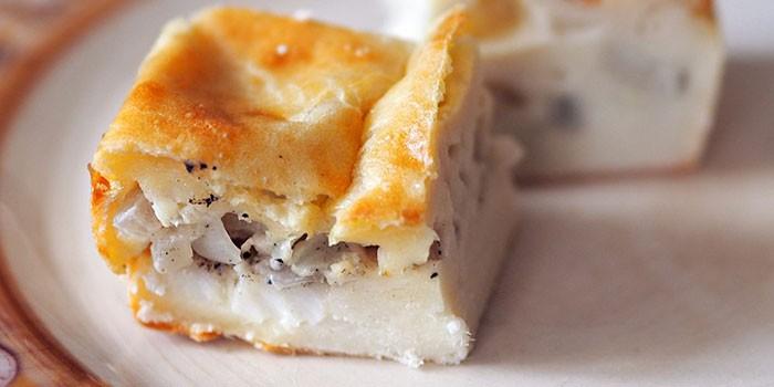 Кусочек заливного пирога с рыбной начинкой