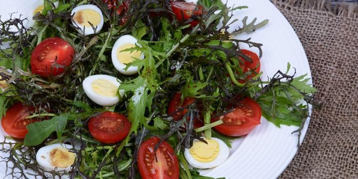 Салат с рукколой, томатами и перепелиными яйцами